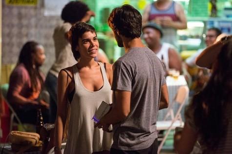 Leila (Carla Salle) e Jonatas (Felipe Simas) (Foto: TV Globo)