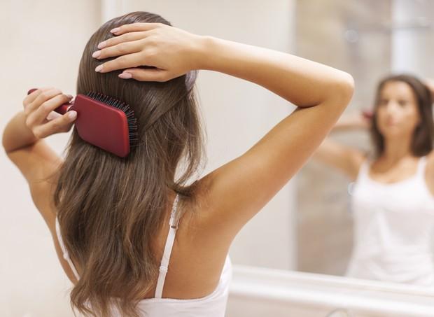 Queda de cabelo é normal no pós-parto e pode durar até seis meses (Foto: Thinkstock)