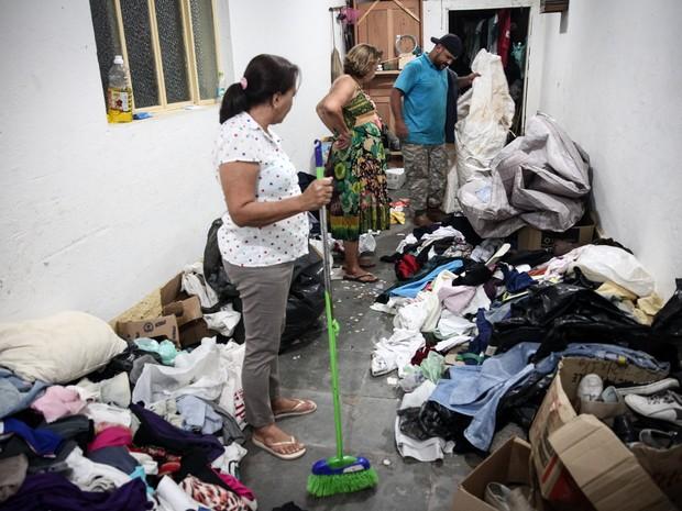 Casa onde doações da 'Família do Barulho' foram estocadas em Barra Longa foi invadida e saqueada por pessoas de comunidade carente próxima, quando o local estava vazio (Foto: Fábio Tito/G1)