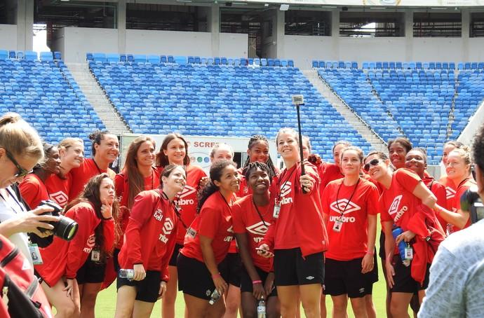 Jogadoras do Canadá fazem selfie na Arena Dunas (Foto: Cíntia Barlem)