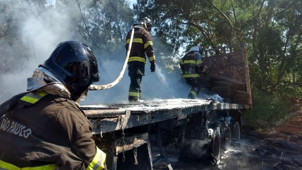 Veículo foi destruído pelo fogo, em Presidente Venceslau (Foto: Corpo de Bombeiros/Cedida)