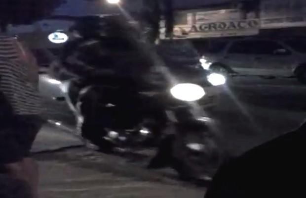 Pedestres têm que desviar para não ser atropelados por motociclistas em calçadas de Goiânia, Goiás (Foto: Mônica Joana de Paiva/ VC no G1)
