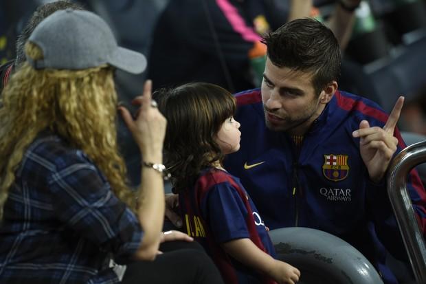 Shakira e Piqué brincam com Milan (Foto: LLUIS GENE / AFP)