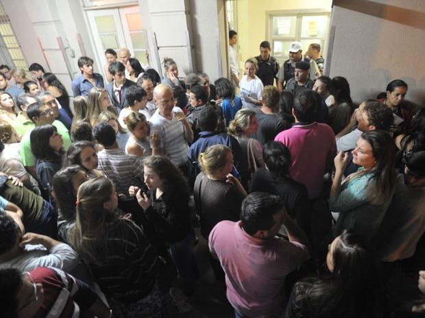 Parentes de vítimas se aglomeram em frente ao Hospital de Caridade de Santa Maria (Foto: Jean Pimentel/Agência RBS)