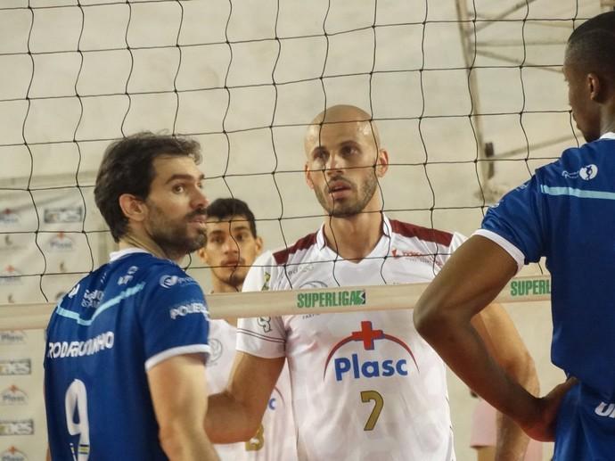 Renato  discute com Diogo, levantador do São José, e Rodriguinho só observa  (Foto: Bruno Ribeiro)