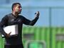 Estilo Jair: técnico arregaça mangas e muda o ambiente no Botafogo