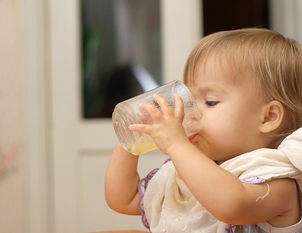 Bebe tomando suco natural (Foto: Thinkstock)