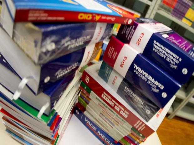 Conteúdo cobrado na prova exige que candidato estude mais de 30 livros (Foto: Flávio Moraes/G1)