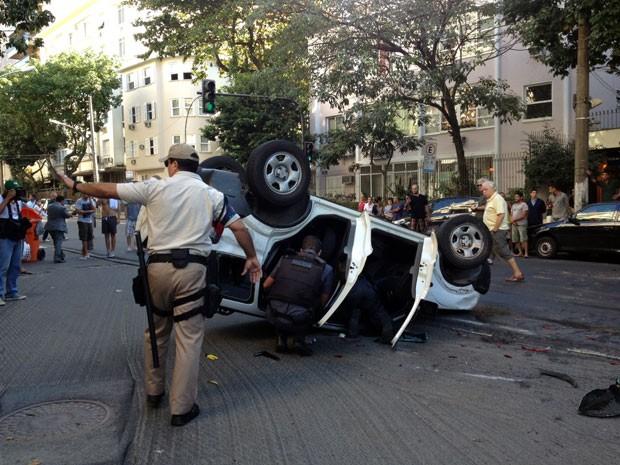 Carro capotou após perseguição policial no Leblon (Foto: Ana Carolina Moreno/G1)