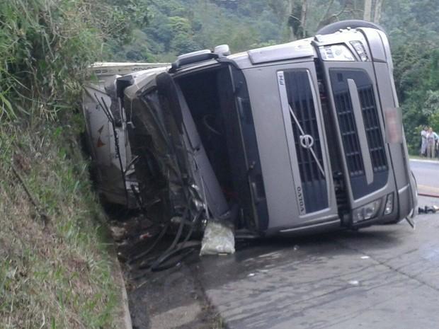Mulher foi arremessada para fora do veículo (Foto: Bombeiros de Ibirama/Divulgação)