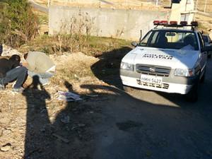 Corpo de jovem foi encontrado no Bairro Fábio Aguiar (Foto: Israel Silveira/Jornal O Popular)