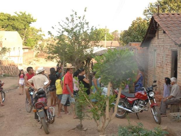 9f098f105d Vizinhos e parentes aglomerados em frente a casa onde aconteceu o crime em  Esperantina