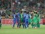 Alex Teixeira é expulso no primeiro tempo, mas Jiangsu vence no Chinês