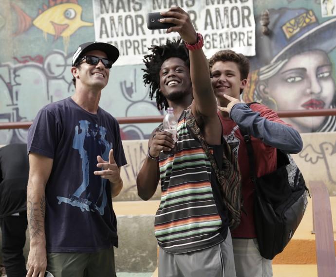 Na cena, Beto e Artur fazem selfie com Bob Burnquist (Foto: Raphael Dias/Gshow)