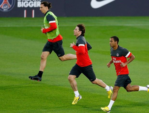 Lucas e Ibrahimovic no treino do PSG (Foto: Reuters)