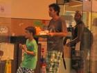 Bruno Mazzeo passeia com o filho em shopping do Rio