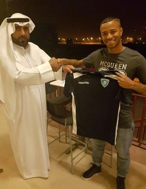 Em Dubai, Rafael Silva exibe a camisa do Hatta Club (Foto: Arquivo pessoal)