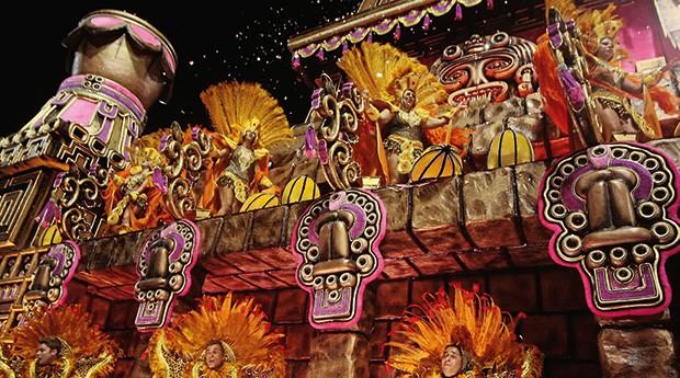 """Cacau no carnaval  Desfile da escola de samba Rosas de Ouro, que ganhou a competição paulistana em 2010. O enredo foi inspirado no livro """"O Cacau é Show"""", escrito por Costa (Foto: Rodrigo Coca/LatinContent/Getty Images)"""
