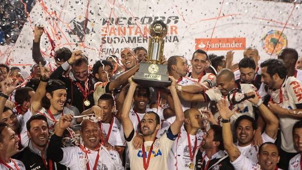 Danilo Corinthians taça trofeu campeão Recopa (Foto: AFP)