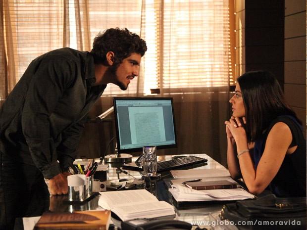 Silvia avisa que vai dificultar a vida de Michel (Foto: Carol Caminha/TV Globo)