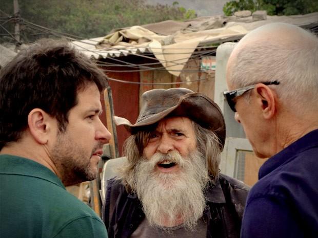 Mas Nilo não conta nada para os dois (Foto: Avenida Brasil / TV Globo)