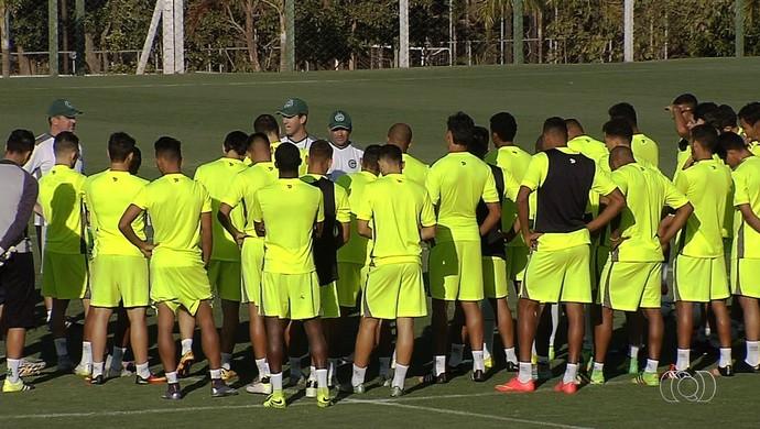 Jogadores do elenco do Goiás em treino (Foto: Reprodução/TV Anhanguera)
