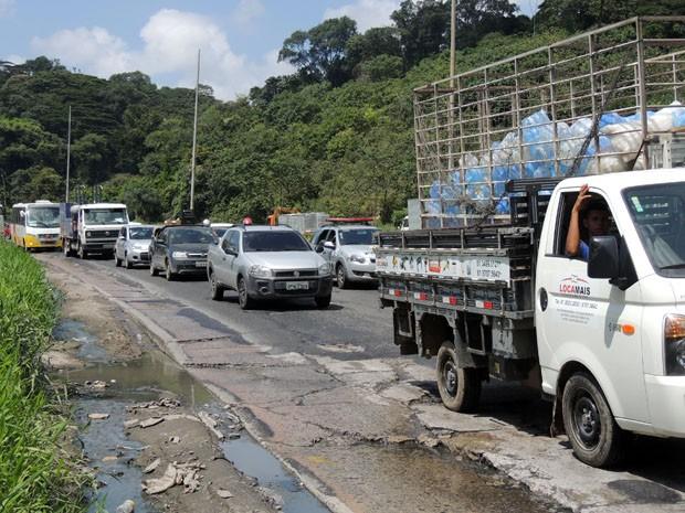 O trecho da BR-101 que corta a Zona Norte do Recife ainda cofre com buracos e trânsito (Foto: Marina Barbosa / G1)