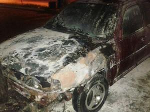 Carro ficou totalmente destruído  (Foto: Divulgação / Polícia Militar)