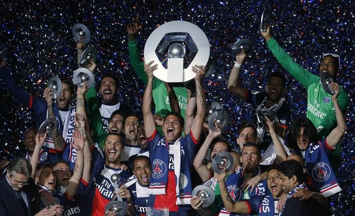 Thiago Silva levanta a taça pelo PSG (Foto: Reuters)
