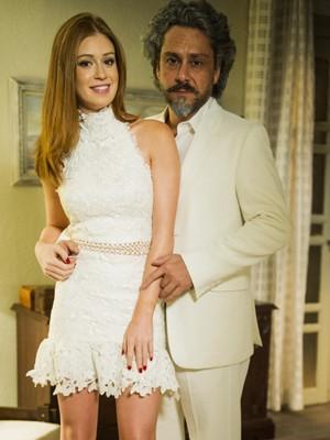 Maria Isis aposta em vestido de renda floral, e Zé usa terno 'off-white' (Foto: Globo/João Miguel Júnior)