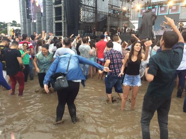 Fãs de Lucas Lucco dançam no meio da água em festival em SP (Foto: Rodrigo Ortega/G1)