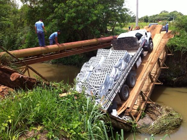 ponte de madeira cai com caminhão em São José dos Campos (Foto: Arquivo Pessoal/ Carlos Francisco)
