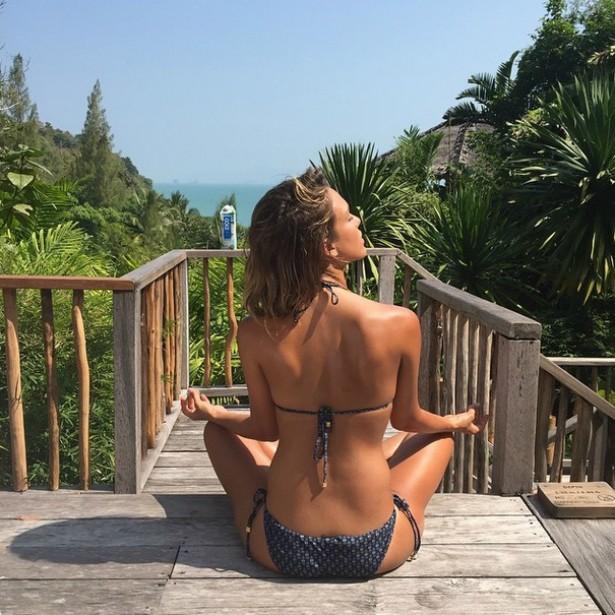 A atriz Jessica Alba curtindo a beleza natural ao seu redor para meditar. (Foto: Instagram)