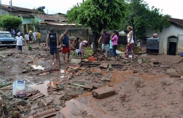 Ruas ficaram alagadas e cheias de lama e, em alguns bairros, moradores ficaram com água até o joelho em Ceres, Goiás (Foto: Reprodução/TV Anhanguera)
