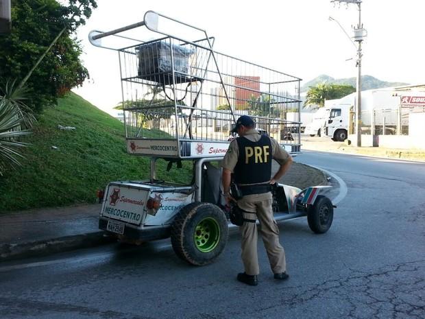 Carrinho não tinha autorização para trafegar em rodovias (Foto: PRF/Divulgação)