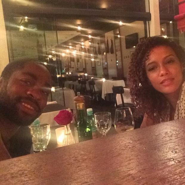 Lázaro Ramos e Taís Araújo durante jantar romântico (Foto: Instagram/ Reprodução)