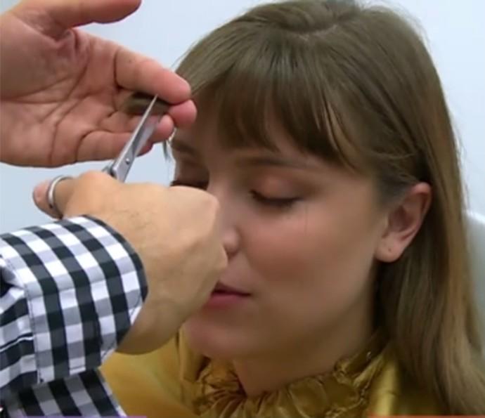 Alice faz manutenção da franja de Isabela de 15 em 15 dias (Foto: TV Globo)