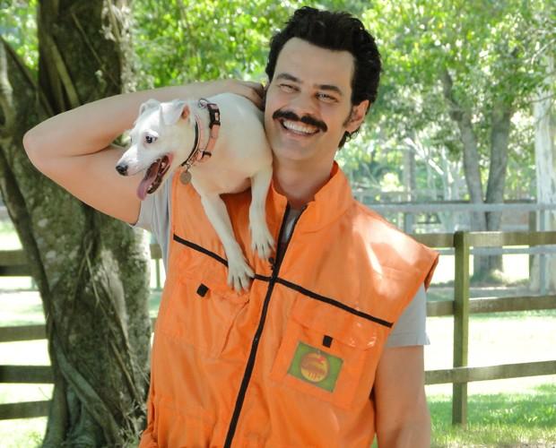 Carmo Dalla Vecchia sorri com a cadelinha Rosa Maria no colo (Foto: Domingão do Faustão / TV Globo)