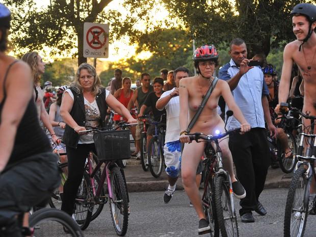 Ciclistas nus Porto Alegre (Foto: Emílio Pedroso/Agência RBS)