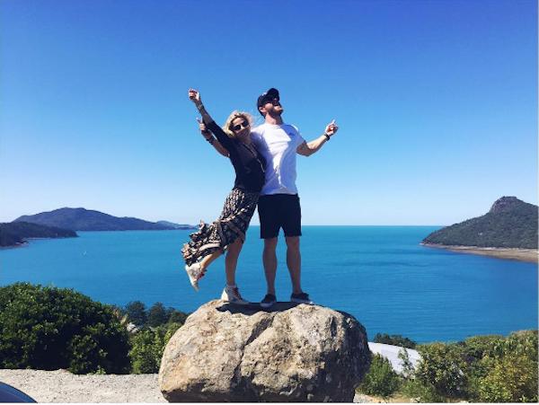 A atriz Elsa Pataki e seu marido, o ator Chris Hemsworth (Foto: Instagram)
