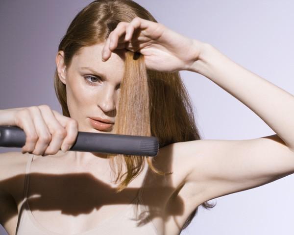 Sempre aplique protetor térmico no cabelo molhado ou seco antes de usar ferramentas quentes (Foto: Thinkstock)