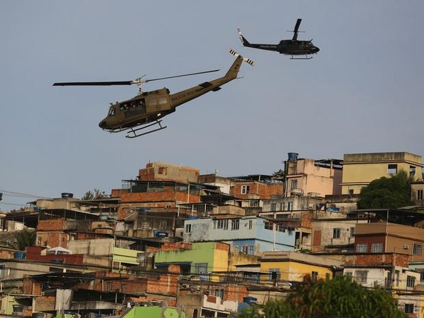 Helicópteros sobrevoam Complexo da Maré (Foto: Leo Correa/AP)