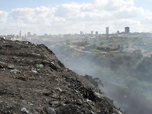 Fumaça se origina do lixo e invade casas do bairro Santo Antônio (Foto: Plínio Almeida/TV Paraíba)