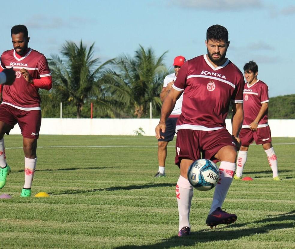 Uederson e Tadeu aparecem no BID e estão regularizados para atuar pelo América-RN (Foto: Canindé Pereira/América FC)