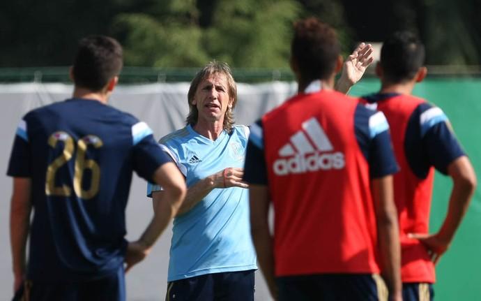 Gareca dá instruções para os jogadores durante o treinamento (Foto: Cesar Greco/Ag Palmeiras/Divulgação)