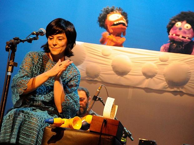 Fernanda Takai à frente do Pato Fu: banda mineira apresenta 'Música de Brinquedo' em Uberaba (Foto: Divulgação)