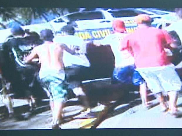 Moradores depredam e tombam carro da GCM de Barrinha em protesto (Foto: Reprodução/EPTV)