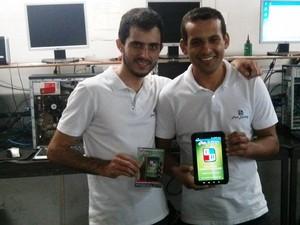 Talles Silva e Felipe Nunes mostram aplicativo desenvolvido para uso em bares e restaurantes (Foto: Fast Delivery/Divulgação)