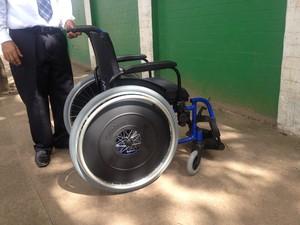 Cadeiras de rodas foram feitas sob medida para cada beneficiado (Foto: John Pacheco/G1)