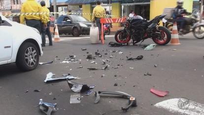 Guarda municipal tem fratura exposta após acidente entre carro e moto em São Carlos